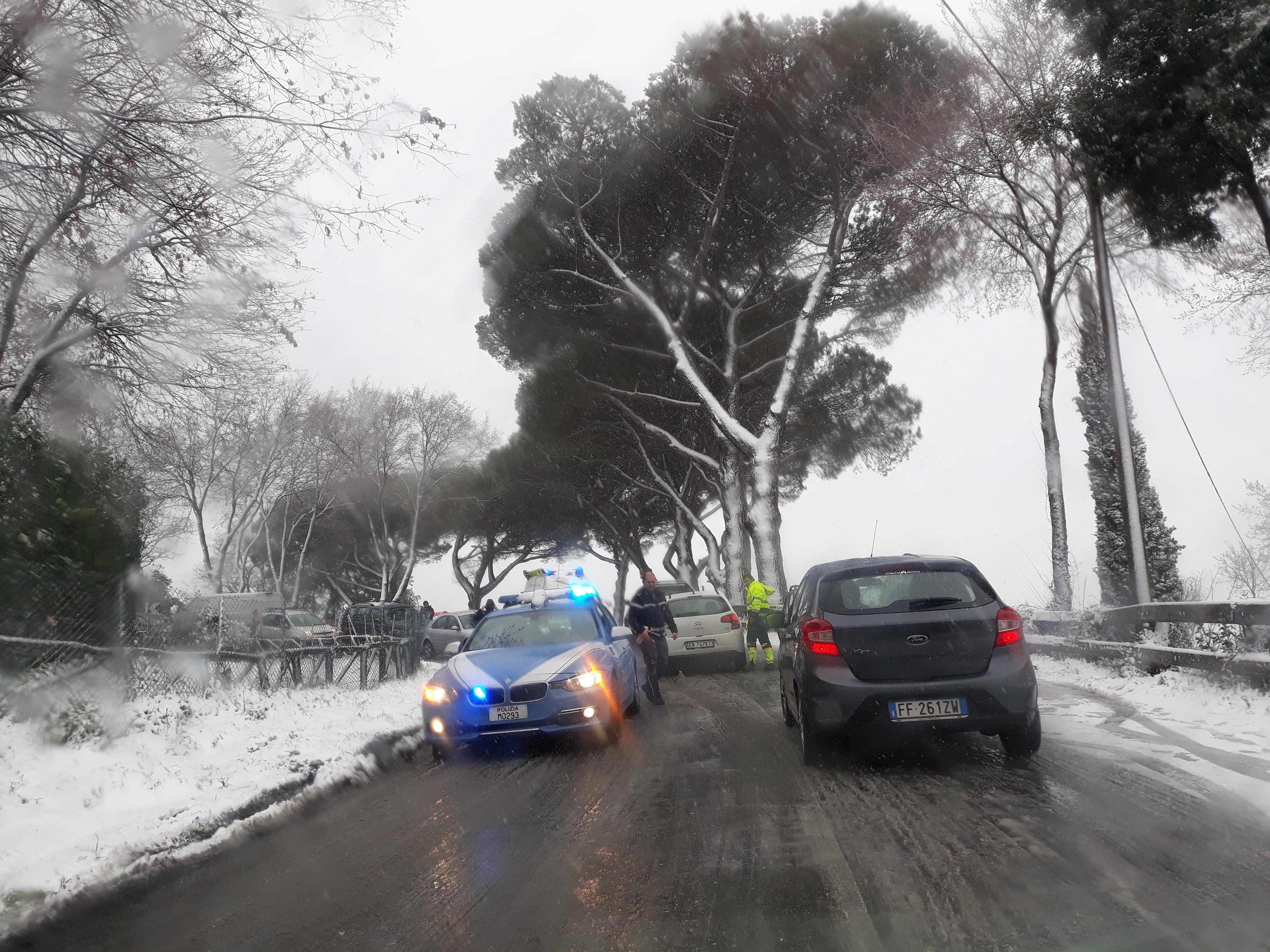 Castelli Romani sotto la neve: strade bloccate e traffico in tilt